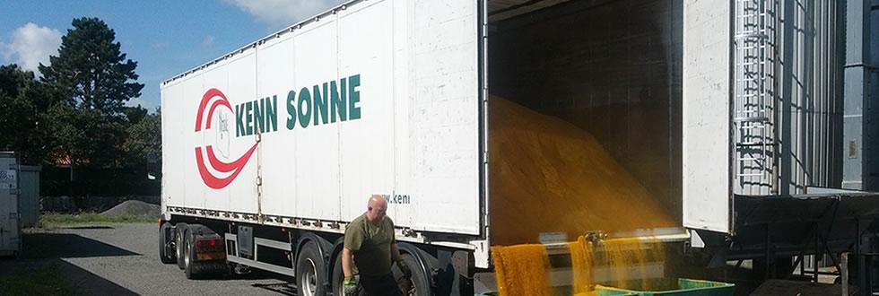 Walkingfloor traileren er ved at blive tømt med foder